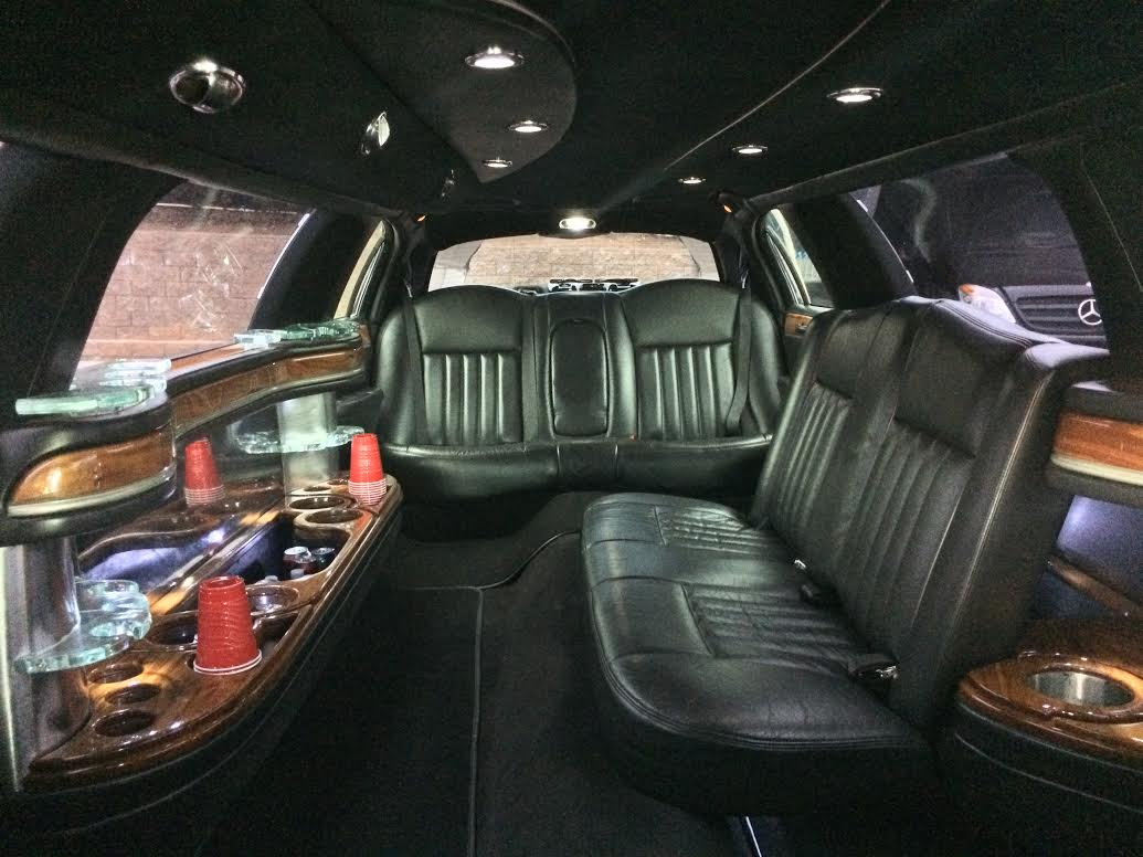 executive town car stretch limo the perfect limo. Black Bedroom Furniture Sets. Home Design Ideas